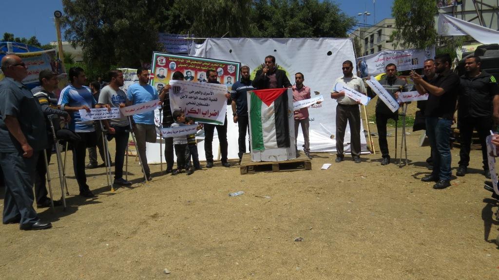 الأيدي الرحيمة تنظم وقفة تضامنية مع الأسرى بإضرابهم